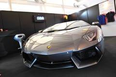 Gray Lamborghini Aventador på skärm under Singapore yachtshow på en grad 15 Marina Club Royaltyfri Foto