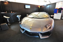 Gray Lamborghini Aventador sur l'affichage pendant l'exposition de yacht de Singapour à un degré 15 Marina Club Photo stock