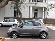 Gray New Fiat 500 som parkeras i det Barranco området av Lima Arkivfoton