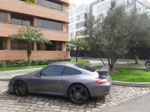 Gray Porsche Carrera S som parkeras i San Isidro, Lima Royaltyfri Bild