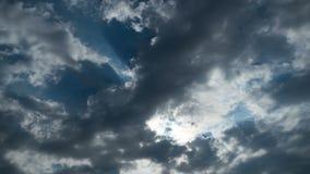 Gray Rain Clouds ziehen in den Himmel um Timelapse stock video