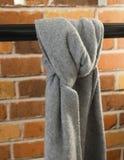 Gray Scarf Tied auf der hängenden Stange Lizenzfreies Stockbild