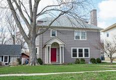 Gray Shake Sided House com porta vermelha fotografia de stock royalty free