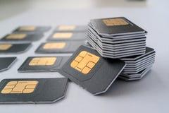 Gray SIM-de kaart voor telefoons in een kolom worden verzameld, daarna is kaarten die Stock Fotografie