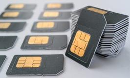 Gray SIM-kaart voor telefoons verzamelde zich in een stapel, ligt dicht bij een aantal andere kaarten Royalty-vrije Stock Foto's
