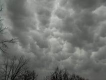 Gray Sky fantasmagórico con las nubes de Mammatus Imagen de archivo libre de regalías
