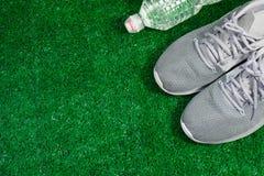 Gray Sports Running Shoes op groen gras SP royalty-vrije stock fotografie