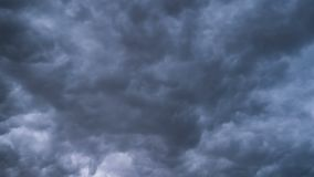 Gray Storm Clouds se déplaçant le ciel Laps de temps Cyclone d'orage Les nuages bouclés sont bas banque de vidéos
