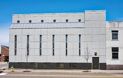 Gray Urban Building med tunna Windows Arkivfoto