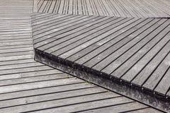 Gray Weathered Wood Deck Planks punto del passaggio pedonale fotografie stock libere da diritti