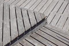 Gray Weathered Wood Deck Planks punto del passaggio pedonale fotografia stock