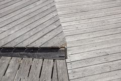 Gray Weathered Wood Deck Planks punto del passaggio pedonale fotografie stock