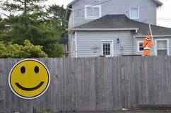 Gray Wood Fence con Smiley Face giallo fotografia stock libera da diritti