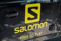 Graz, Áustria - 10 de junho de 2017 - o logotipo da empresa de Salomon e mo foto de stock royalty free