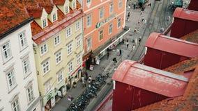 Graz, Áustria, em junho de 2017: Ruas estreitas bonitas da cidade de Graz e de uma vista da câmara municipal Tiro da inclinação vídeos de arquivo