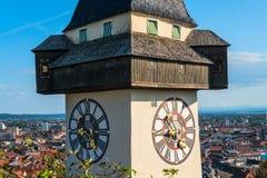 Graz, Áustria O Schlossberg - monte do castelo com a torre de pulso de disparo Uhrturm imagem de stock royalty free