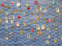 GRAZ, ÖSTERREICH - DEZEMBER 2013: Vorhängeschlösser auf Drahtzaun Lizenzfreies Stockfoto