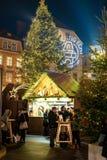Graz Österrike - December 2017: Turister som tycker om en kopp av funderat royaltyfri bild