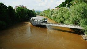 Graz Österrike, Juni, 2017: Sikt på den berömda konstgjorda ön i flodMuren lager videofilmer