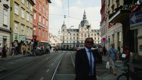 Graz Österrike, Juni 2017: Smal gata nära av stadshuset i Graz, Österrike lager videofilmer