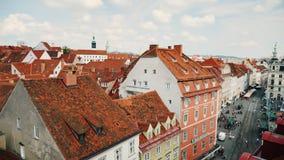 Graz, Austria, giugno 2017: Belle vie della città di Graz e di una vista del municipio Colpo della pentola archivi video