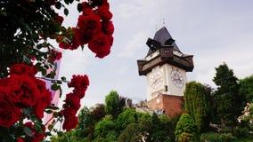 Graz, Austria, giugno 2017: Vecchia torre di orologio Vicino passeggiata dei turisti Una delle attrazioni della città di Graz video d archivio