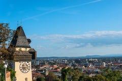 Graz, Autriche Le Schlossberg - colline de château avec la tour d'horloge Uhrturm photo stock
