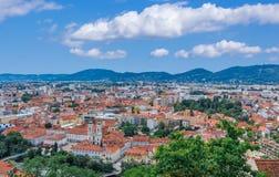 Graz Cityscape över blå himmel med vita moln Arkivfoto