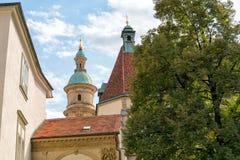 Graz _ Sikt av kyrkan av St Catherine och det kyrkliga tornet i Graz arkivfoton
