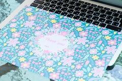 Grazie carta che si siede su una tastiera di computer, online vi ringraziano fotografia stock