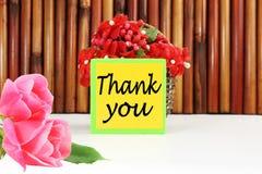 Grazie segnare l'etichetta o l'etichetta con lettere con il canestro del bambù e del fiore Fotografia Stock Libera da Diritti