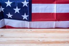 Grazie testo dei veterani scritto in lavagna con la bandiera degli Stati Uniti d'America su fondo di legno fotografia stock libera da diritti