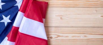 Grazie testo dei veterani scritto in lavagna con la bandiera degli Stati Uniti d'America su fondo di legno immagini stock