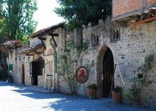 Grazzano Visconti, rekonstruktion av en medeltida by, fritt tillträde, i landskapet av Piacenza, Italien arkivbild