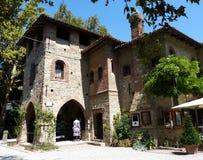 Grazzano Visconti, rekonstruktion av en medeltida by, fritt tilltr?de, i landskapet av Piacenza, Italien arkivfoto