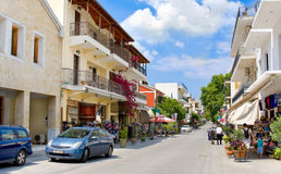 奥林匹亚,希腊- 2014年6月13日:有纪念品店的街道在奥林匹亚, 2014年6月13日的希腊 其中一种Gre的主要吸引力 图库摄影