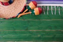 Gre del sombrero de la frontera del fondo de México viejo de la fiesta mexicana de los maracas fotos de archivo