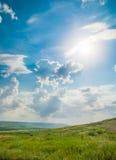 Grean-Wiesen unter dem blauen Himmel Lizenzfreies Stockbild