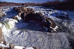 Great Falls-Landschaft im Winter lizenzfreie stockbilder