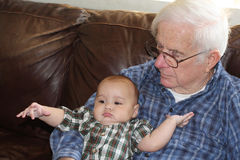 Great-grandpaholdingen behandla som ett barn Arkivfoto
