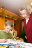 Great-grandson et arrière grand-mère dans la chambre. Image stock