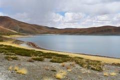 Great Lakes av Tibet SjöRakshas Tal Langa-TSO i sommar i molnig dag royaltyfria bilder