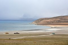Great Lakes av Tibet SjöRakshas Tal Langa-TSO i sommar i regnig dag royaltyfri fotografi