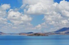 Great Lakes av Tibet Sj?Rakshas Tal Langa-TSO i sommar i molnig dag royaltyfri bild