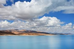 Great Lakes av Tibet Sj?Rakshas Tal Langa-TSO i sommar i molnig dag royaltyfria bilder