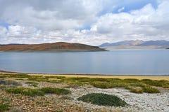 Great Lakes av Tibet Sj?Rakshas Tal Langa-TSO i sommar i molnig dag arkivfoto
