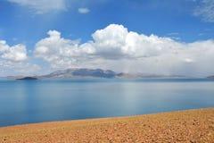 Great Lakes av Tibet Sj?Rakshas Tal Langa-TSO i sommar i molnig dag royaltyfri foto