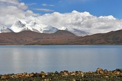 Great Lakes av Tibet Sj?Rakshas Tal Langa-TSO i sommar i molnig dag arkivfoton
