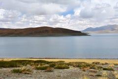 Great Lakes av Tibet Sj?Rakshas Tal Langa-TSO i sommar i molnig dag royaltyfri fotografi