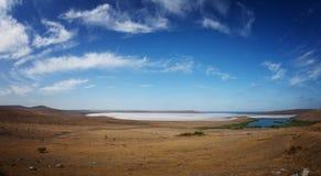 Great Salt Lake debajo del cielo azul Imagen de archivo libre de regalías